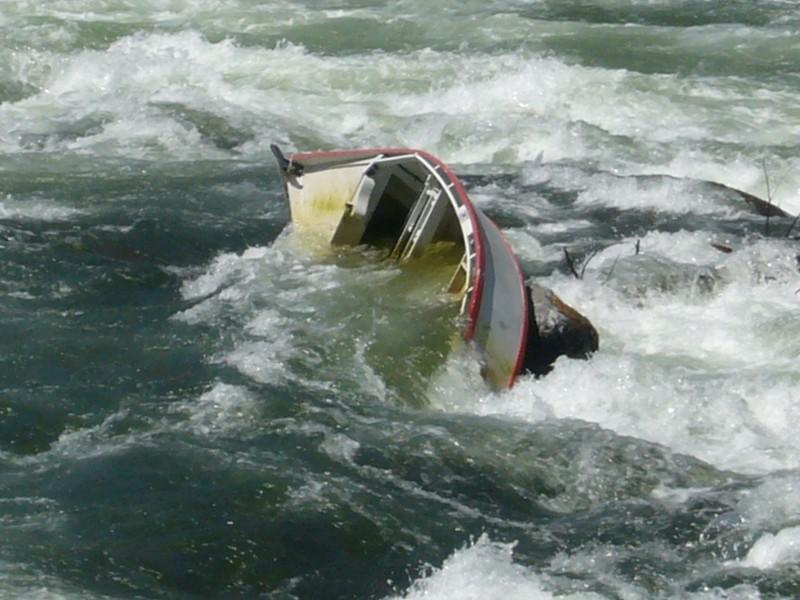 sunk_drift_boat_2_deschutes